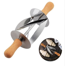 2019 cuchillo de pan de cocina Cortador de laminación de acero inoxidable para hacer croissant pan rueda masa pastelería cuchillo mango de madera para hornear cuchillo de cocina c730 cuchillo de pan de cocina baratos