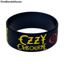 Vente en gros 50PCS / Lot Ozzy Osbourne 1 pouce Large Silicone Bracelet Rouge et Noir Encre Rempli Logo Couleur ? partir de fabricateur
