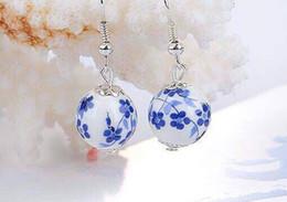 Brincos de porcelana branca on-line-Acessórios retro, brincos artesanais de cerâmica, vento étnica, pequeno vento chinês e azul e branco brincos de porcelana