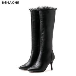 2019 talons à volants NEMAONE Winter High Heels Knee High Boots Femmes Discothèque Pole Dancing Boots doux volants dames chaussures noir vert blanc promotion talons à volants