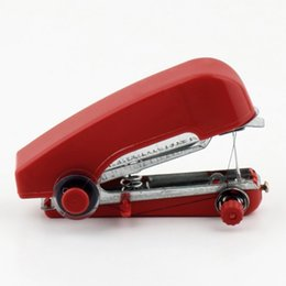 Venta caliente en todo el mundo útil portátil costura sin cuerda Mini ropa de mano telas color de la máquina de coser al azar al por mayor desde fabricantes