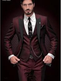 vestiti di vino per gli uomini Sconti New Brand Groom Tuxedo Suit 2018 Custom Made Vino Rosso Abiti da uomo Terno Slim Fit con risvolto bavero Groomsmen da uomo Prom nozze Prom