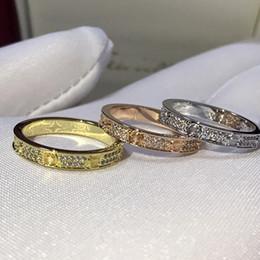 Bande di fascino d'oro online-Anello Luxury Diamond Love da donna Anello Diamond Full Diamond in oro rosa Fascino di moda in acciaio al titanio Ms. Eternal Starry Diamond Rings Anelli a fascia
