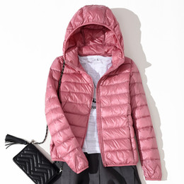 Entenfeder winterjacken für frauen online-2018 Winterjacke Damen Ultra Light Daunenjacke Damen Kapuzenmantel 90% Duck Daunenjacke Packable Thin Feather Short Parka D183