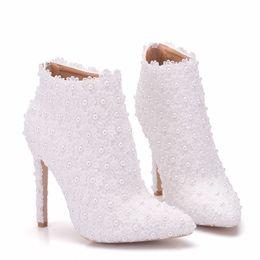 белый цветок свадебная обувь Скидка Новые остроконечные toe обувь для женщин белый жемчуг каблуки свадебные туфли тонкий каблук модные сапоги кружева цветы плюс размер свадебные Мартин сапоги