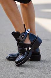 calçados planos do bootie Desconto Outono Mulheres Negras Sapatos de Couro Genuíno Tornozelo Botas de Equitação Gladiador Bootie Flats Recorte Quadrado de Salto Fivela de Inicialização Mujer Sapatos