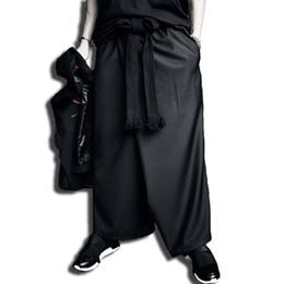 Hombres hip hop punk sueltos falda pantalones discoteca DJ hiphop pantalones  de etapa con cinturón hombres estilo de Japón vintage streetwear joggers 9a475324e39