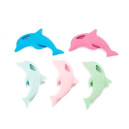 Juguete de silicona con delfines online-Mordedor delfín bebé juguetes sensoriales de silicona de alimentos colgante de masticación delfín diy chupete bebé simulado collar de enfermería regalo de la ducha de la dentición del bebé
