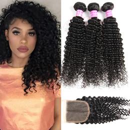 style de tissage de cheveux vague naturelle Promotion 8A brésiliens vierges bouclés Kinky faisceaux de cheveux avec fermeture Bundles non traités de vague de l'eau profonde avec fermeture de dentelle armure de cheveux humains Remy