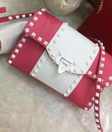 Couro genuíno senhoras bolsa branco on-line-2018 B novo de couro genuíno de alta moda bolsa de rebite branco metálico festa à noite bolsa pequeno tamanho saco cruz corpo plain flap senhora V22.5cm