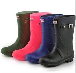 scarponi rainboots Sconti Moda ragazze stivali da pioggia a metà polpaccio stivali da pioggia tacchi bassi donne famose marca impermeabile scarpe da ginnastica in gomma signore all'aperto Rainshoes 2 pz / paia