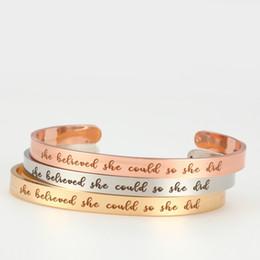 versilbertes kupfergewebe Rabatt Edelstahl Inspirational Cuff Bangle Sie glaubte, sie könnte, so dass sie einfache Schrift Wort Armbänder für Frauen Männer Modeschmuck tat