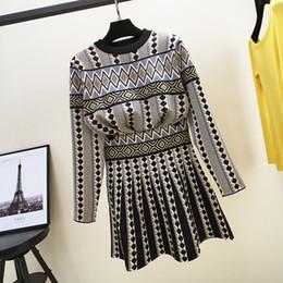 Diseño de tejido de vestir online-Suéter tejido con tejido jacquard de punto nuevo de Autumn New design y falda corta plisada vestido de traje de twinset