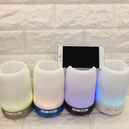 Piccoli altoparlanti online-Altoparlante senza fili Bluetooth portapenne telefono staffa altoparlante scheda U disco con luci colorate mini portatile piccolo suono Q6 alta qualità