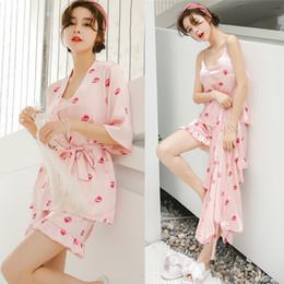 Seide unterhemden online-Sommer Pyjamas weibliche dünne reizvolle Leibchen Shorts Robe drei Stück Set Silk Erdbeere Pyjama süße Nachtwäsche Home Kleidung 59al gg