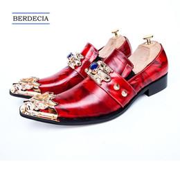 pattini a forma di cuoio appuntiti per gli uomini Sconti 2018 Uomini d'affari italiani di lusso scarpe a punta scarpe eleganti abito in metallo Fascino in vera pelle uomini scarpe da uomo rosso Plus Size 38-47