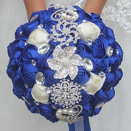 Flor de safira azul on-line-18 cm de casamento flor artificial buquê de noiva branco safira azul de seda buquê de casamento flor de cristal pérola broche de dama segurando