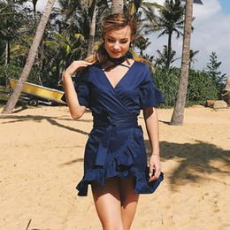 2019 resort kleider ärmel 2018 Beach Resort Wind Strandkleid V-Ausschnitt Band Volants Trompete Ärmel Kleid rabatt resort kleider ärmel