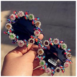 Occhiali da sole del progettista del rhinestone online-Gli occhiali da sole del fiore del rhinestone del retro rotondo classico di nuova modaLe donne progettano gli occhiali da sole di cristallo di lusso fatti a mano di estate di marca del progettista di marca