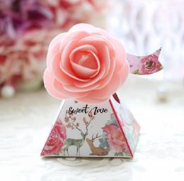 pirámide de papel en caja Rebajas Europea de papel creativo triángulo caja de dulces pirámide caja de dulces nueva boda suministros caja de dulces de la boda al por mayor