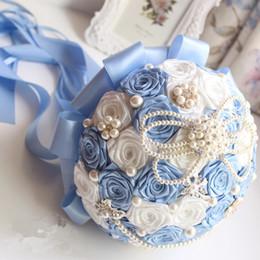 bolsas de alfombra al por mayor Rebajas Elegante 2018 boda nupcial ramos satinado rosas perlas rebordeado embellecido azul y marfil novia artificial flores con cintas