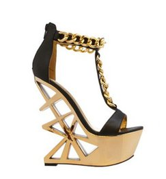 Золотые сандалии на каблуке онлайн-новейшие вырез золото металлические каблуки женщина сандалии странный стиль t-ремень клин сандалии открыть toe цепи украшения Гладиатор