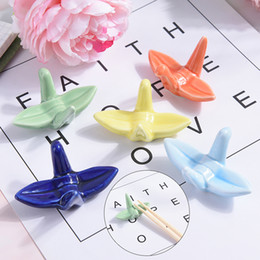 держатель керамической ложки Скидка 1pcs High Quality Cute Origami Ceramic Decorative Chopsticks Holder Rack Spoon Fork Rest 5 Colors Combo