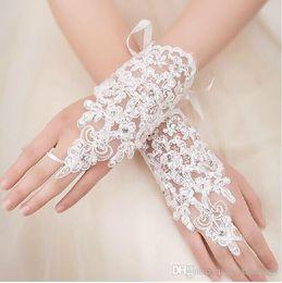 Venta al por mayor barato en stock apliques de encaje perlas longitud de la muñeca sin dedos con cinta nupcial guantes accesorios de boda desde fabricantes