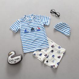 Trajes azul marino para niños online-Traje de baño de los niños traje de baño de rayas azul marino muchacho de la armadura de los muchachos protector solar ropa de playa con sombrero traje de baño de los cabritos Envío de DHL de calidad superior libre