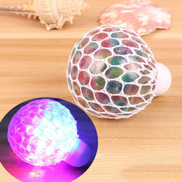 Luce disadattato online-Nuovo Anti-stress Face Reliever Led Light Up Grape Ball Autismo Umore Spremere Sollievo Giocattolo sano Divertente Geek Gadget Vent Toy
