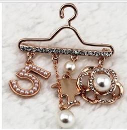 Habille des broches perlées en Ligne-Numéro 5 Perle Broche Pin Mode Bijoux Pour Femmes Marque Design Pull Robe 5 Étoiles Strass Broche