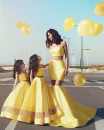 Royalty Yellow A Line Flower Girl Dresses Elegant Two Pieces Mini Me Mother Daughter For Weddings Arabic Strapless Kids Party
