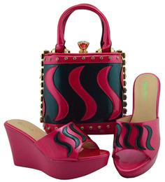 Zapatos de boda de cuñas bolsas online-Zapatillas con cuñas italianas de último estilo con bolsos a juego 2018 Mujeres nigerianas, zapatos de boda y conjunto de bolsos decorados con cristal
