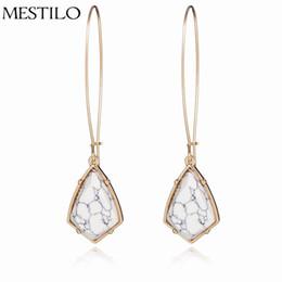 Semplici orecchini a goccia lunghi online-Orecchini di pietra bianca geometrica di colore dell'oro per le donne Orecchini di goccia lunghi di modo semplice