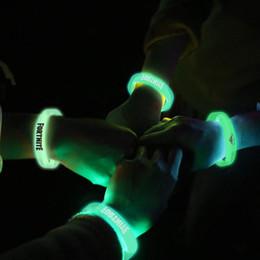 meilleurs cadeaux d'anniversaire Promotion lumineux jeu de dessin animé FORTNITE Bracelets De Noël Enfants Fête D'anniversaire Faveurs Bracelet Jouets Décoration De Partie Fournitures Faveurs Enfants Meilleur Cadeau