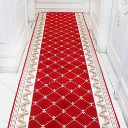 Alfombras rojas para sala de estar online-Nordic Red Hallway Alfombra Alfombras de área Dormitorio Sala de estar Alfombras de piso Escalera Carpet Mat Home Hotel Decor Alfombras por encargo