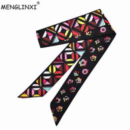 2020 nastro geometrico Sciarpa di nuovo marchio 2018 piccola sciarpa di seta floreale per le donne Geometric Print Handle Bag Nastri Fashion Head Sciarpe lunghe nastro geometrico economici