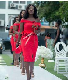 Feather kleider für brautjungfern online-Plus Size Off Schulter Kurze Brautjungfer Kleider mit Schlitz 2019 Sexy Feder Afircan Nigeria Outdoor Hochzeit Gast Kleid