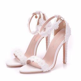 2019 zapatos blancos abiertos de la boda de la perla Las nuevas perlas blancas del verano abren los zapatos del dedo del pie para las mujeres súper tacones de moda tacón de aguja zapatos de boda encaje de la tira del tobillo sandalias de novia zapatos blancos abiertos de la boda de la perla baratos