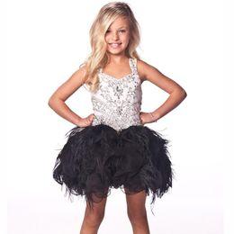 Vestido de cumpleaños negro para los niños online-Granos blancos y negros Crystal Kids Dresses Vestido de fiesta de la bola del Organza de la flor de la pluma Dresses 2019 Vestidos de las muchachas de la flor Vestido de fiesta de cumpleaños