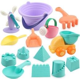 Pala plástica de playa online-Conjunto de juguetes para la arena de la playa Conjunto de juegos para la piscina al aire libre Conjunto de juegos de plástico suave y seguro Moldes Contenedor de la pala del cubo Bolsa de la arena para niños