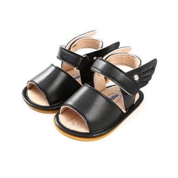 2019 bebê menino sapatos asas 2018 Sapatas do bebê da cor do preto Sapatas mocassins do bebê do verão Recém-nascido menina do menino Anjo Asas Sapatas Anti-derrapante Prewalker 0-18M. desconto bebê menino sapatos asas