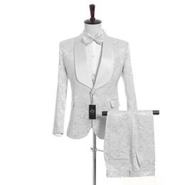 Lazos de la boda online-(Chaqueta + Pantalones + Chaleco + Corbata) Personalizar Shawl Lapel Handsome White Groom Tuxedos Padrino de boda El mejor hombre traje trajes de boda para hombre A