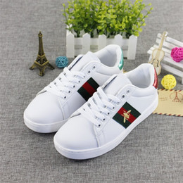 Wholesale embroidery lace shoes - High Quality Leather White Sports Shoes Branded Little Bee Embroidery Men Women's Running Shoe Classic Designer Women Casual Sneakers