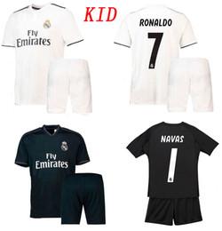 62f4cad65f8fe Niños 18 19 Pantalones cortos del Real Madrid Soccer Jersey 2018 2019  Ronaldo Ramos Bale ASENSIO ISCO Fútbol Conjunto Portero NAVAS Courtois  Fútbol Kits ...