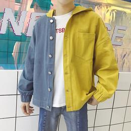 Argentina 2018 Otoño Nuevo Moda Hombre Vaquero Impresión de dibujos animados Empalmado Color incluso Cap Chaquetas sueltas ocasionales de color rosa / amarillo Abrigos de mezclilla M-2XL supplier yellow capes coat Suministro