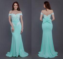 Vestidos de dama de honor modernos de la sirena de la menta largos baratos fuera del hombro con apliques de encaje de la gasa vestido de baile de fiesta sin respaldo de la gasa desde fabricantes