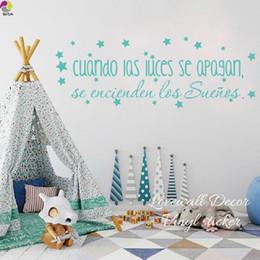 citar decalques para enfermagem Desconto Vinil Motivacional Espanhol citação adesivos de parede Quando as luzes se apagam, os Sonhos vêm em Baby Nursery Home Decoração Da Parede Decalque