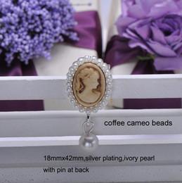 invito di nozze del brooch del rhinestone Sconti All'ingrosso- (S0111) spilla di strass da matrimonio 18mmx42mm per biglietto d'invito, placcatura d'argento, perline cammeo, con perno sul retro