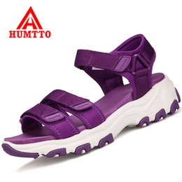 Sandali ad altezza crescente online-HUMTTO Summer Outdoor Women Hiking Sandals Buckle Beach Sandals Alpinismo Scarpe Altezza crescente Donne Sport